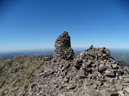 L'impressionnant cairn du Puy Chavaroche